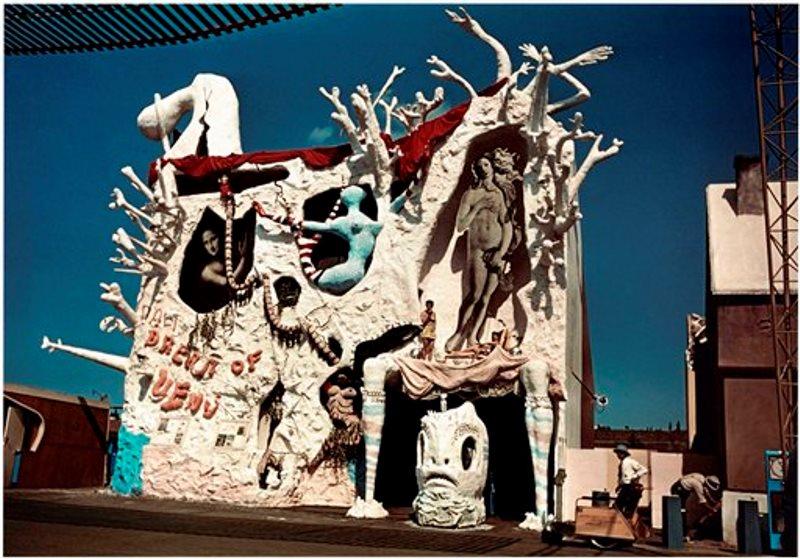 """En esta imagen proporcionada por el Museo de Dalí en St. Petersburg, Florida, una foto de la fachada del """"Sueño de Venus"""", la instalación del artista Salvador Dalí en la Feria Mundial de 1939 en Nueva York. La obra se explora como parte de una muestra del museo sobre la relación de Dalí con Walt Disney. (Museo de Dalí/Fundación Gala-Salvador Dalí vía AP)"""