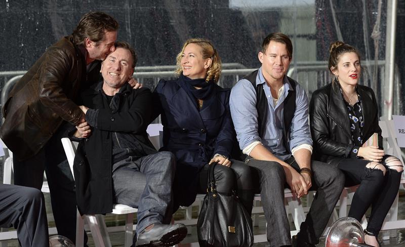 05/01/2016.- Los actores Tim Roth (2i), Channing Tatum (2d) y Zoe Bell (c) posan junto a la novia de Quentin Tarantino, Courtney Hoffman (d), durante la ceremonia en la que el director estadounidense (fuera de cuadro) dejó sus huellas en el Teatro Chino de Hollywood, California (EE.UU.) hoy, martes 5 de enero de 2016. EFE/MIKE NELSON