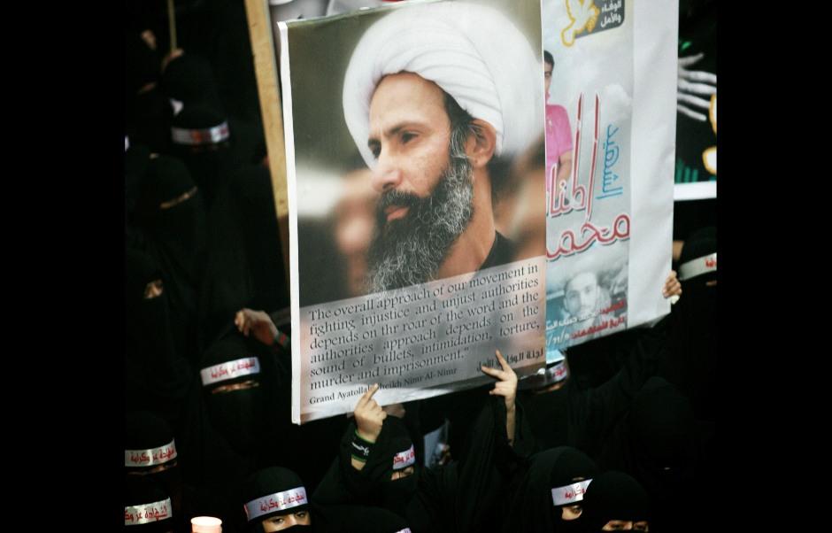 En esta imagen, tomada el 30 de septiembre de 2012, manifestantes contrarios al gobierno de Arabia Saudí portan un cartel con la imagen de un clérigo chií encarcelado, el jeque Nimr al-Nimr, durante un funeral por tres chiíes supuetamente asesinados por fuerzas de seguridad saudíes en la localidad de al-Awamiya. (Foto AP, archivo)