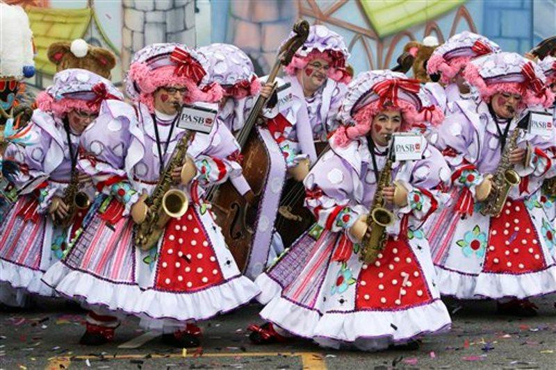 Miembros del Polish American String Band se presentan durante el desfile anual para festejar el Año Nuevo en Filadelfia, el viernes 1 de enero de 2016. Mimos con atuendos estrafalarios se pavonearon y giraron durante el desfile, una colorida celebración que incluye conjuntos de cuerdas, brigadas de cómicos, carrozas elaboradas y muchas plumas y lentejuelas. (Foto AP/Joseph Kaczmarek)