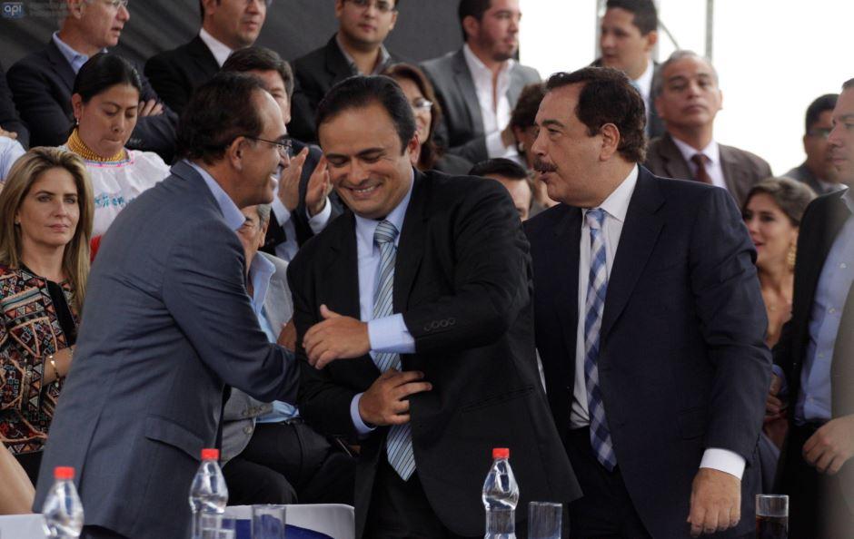 El líder de Avanza, Ramiro González, saluda con el alcalde de Guayaquil, Jaime Nebot, en la reunión por la  unidad de la oposición, en Cuenca, el 19 de enero de 2016. Entre ambos, el prefecto del Azuay, Paul Carrasco. API/Boris Romoleroux.