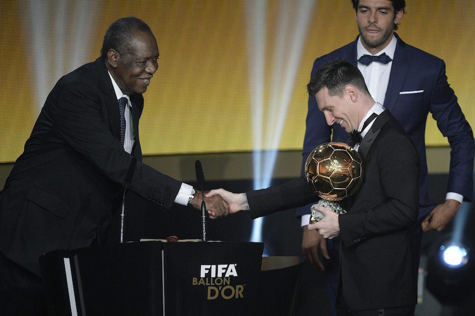 FT47. ZÚRICH (SUIZA), 11/01/2016.- El jugador argentino del FC Barcelona Lionel Messi saluda al presidente en funciones de la FIFA, Issa Hayatou (izda), tras recibir el Balón de Oro 2015 de manos del exfutbolista brasileño Kaká (detrás), durante la ceremonia de la FIFA celebrada en el Kongresshaus de Zúrich, Suiza, el 11 de enero del 2016. EFE/Walter Bieri