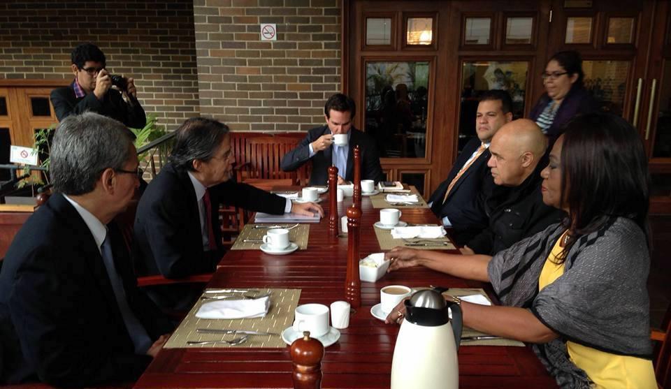 El líder de CREO, Guillermo Lasso, desayuna con el secretario de la Mesa de Unidad de Unidad Democrática, Jesús de Torrealba, el 27 de enero de 2016, en Caracas. Fotos de Jonathan Bedón/LaRepública