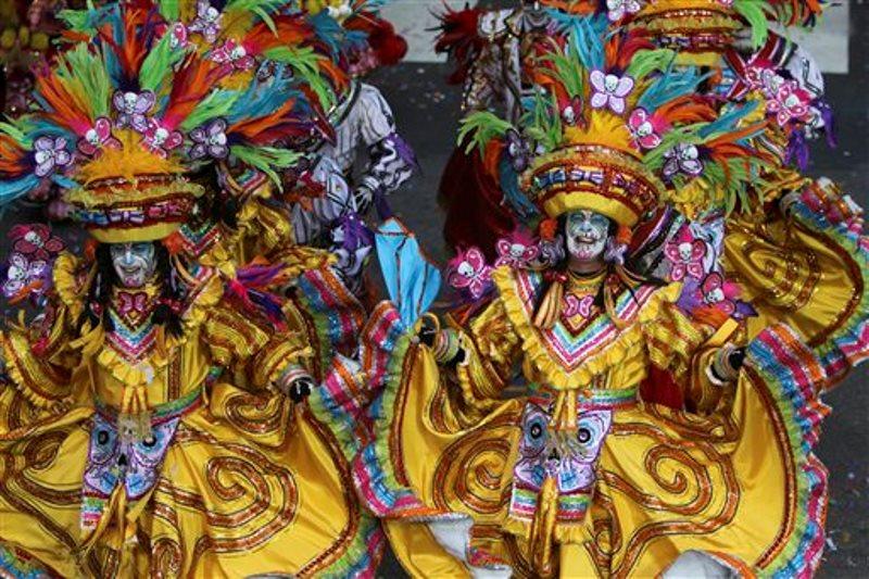 Miembros del South Philadelphia String Band se presentan durante el desfile anual para festejar el Año Nuevo en Filadelfia, el viernes 1 de enero de 2016. Mimos con atuendos estrafalarios se pavonearon y giraron durante el desfile, una colorida celebración que incluye conjuntos de cuerdas, brigadas de cómicos, carrozas elaboradas y muchas plumas y lentejuelas. (Foto AP/Joseph Kaczmarek)