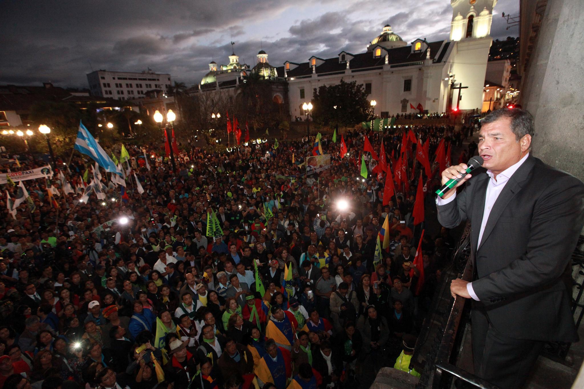 Quito, 10 feb 2016.- El Presidente de la República, Rafel Correa, se dirigió a los miles de ciudadanos que se concentraron en la Plaza Grande para presentar su apoyo a la Revolución Ciudadana. Foto: Carlos Silva/ Presidencia de la República