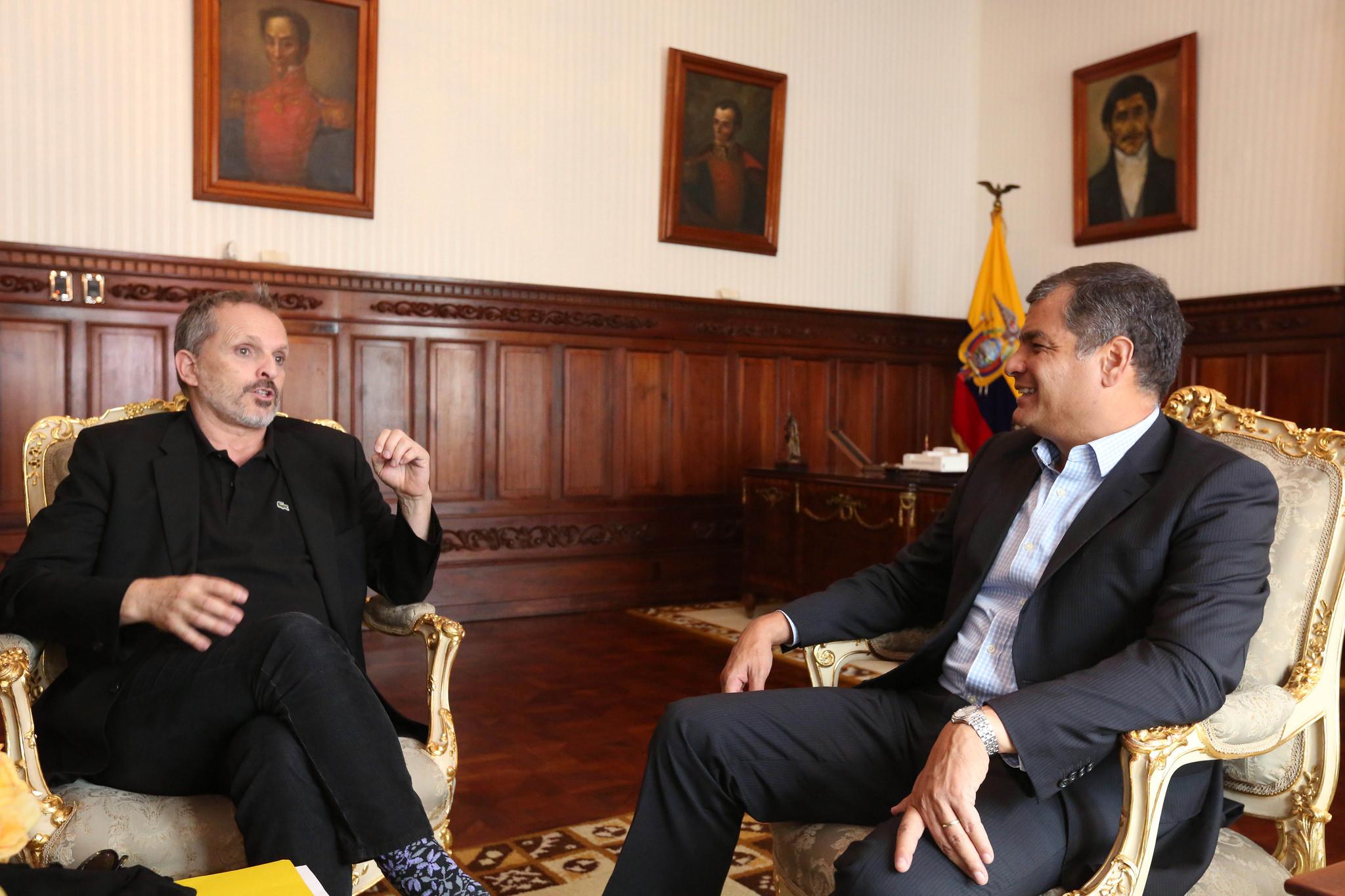 Quito (Pichincha), 12 febrero 2016.- El Presidente de la República, Rafael Correa, recibió al cantante y actor español, Miguel Bosé. Foto: Eduardo Santillán T./ Presidencia de la República