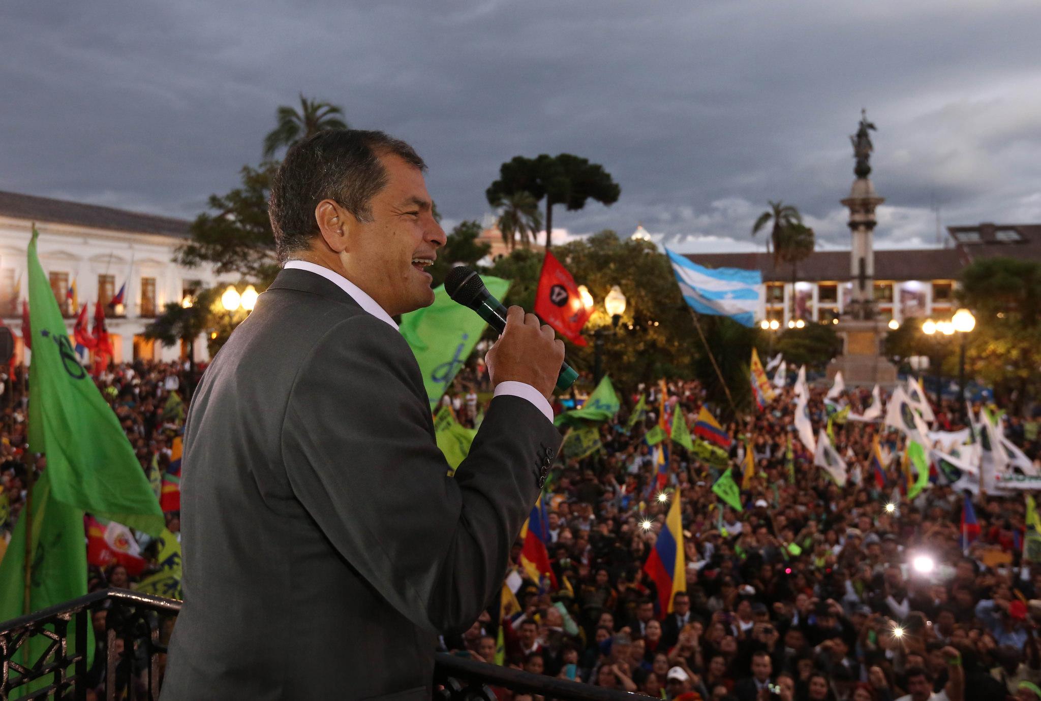 Quito, 10 feb 2016.- El Presidente de la República, Rafel Correa, se dirigió a los miles de ciudadanos se concentraron en la Plaza Grande para presentar su apoyo a la Revolución Ciudadana.