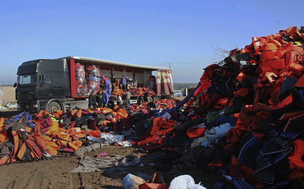 MYTILINI (GRECIA), 02/02/2016.- Numerosos chalecos salvavidas utilizados por inmigrantes y refugiados son seleccionados en Mytilini, isla griega de Lesvos, el 2 de febrero del 2016. Unos 14.000 chalecos serán utilizados por el artista chino Ai Weiwei en su próximo proyecto. EFE/Stratis Balaskas