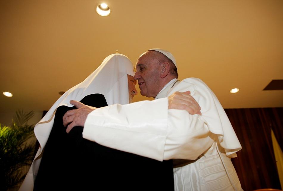 El papa Francisco (d) se abraza con el patriarca ortodoxo ruso Kiril (i) hoy, viernes 12 de febrero de 2016, en el aeropuerto internacional José Martí de La Habana (Cuba). EFE/Max Rossi/POOL