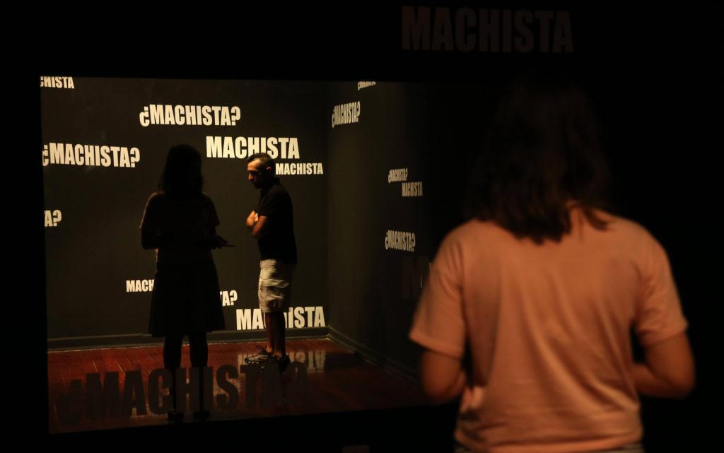LIMA (PERÚ), 27/02/2016.- Fotografía del 25 de febrero de 2016 de la exposición Macholandia, que se acaba de inaugurar en el Centro Cultural de España en Lima (Perú). Macholandia, una exposición que acaba de inaugurar el Centro Cultural de España en Lima, recopila convenciones del día a día que fomentan las estructuras machistas e invita al visitante a enfrentar estereotipos como los piropos, la cosificación y la violencia dirigida a las mujeres. EFE/Ernesto Arias
