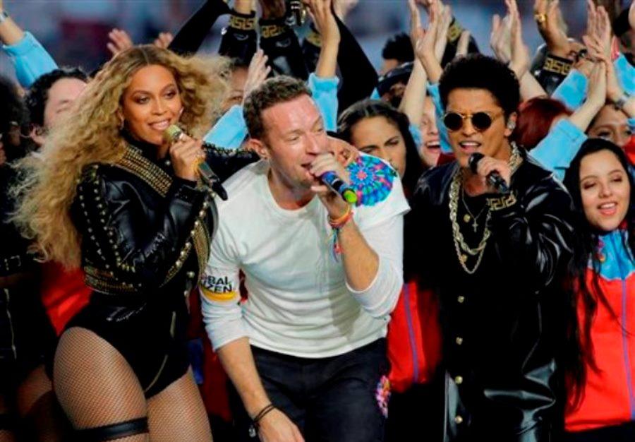 Beyonce, de izquierda a derecha, Chris Martin de la banda Coldplay y Bruno Mars durante su presentación en el espectáculo de medio tiempo del Super Bowl 50 de la NFL el domingo 7 de febrero de 2016 en Santa Clara, California. (Foto AP/David J. Phillip)