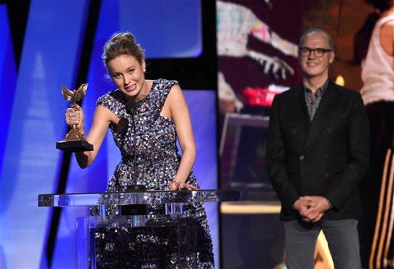 """Brie Larson acepta el premio Spirit a mejor actriz por su papel en """"Room"""", en la ceremonia de Premios Spirit de Cine Independiente, el sábado 27 de febrero de 2016, en Santa Mónica, California. (Foto de Chris Pizzello/Invision/AP)"""