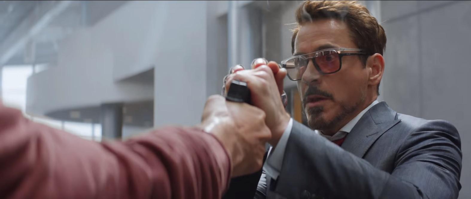 Tony Stark detiene un balazo del Soldado del Invierno.