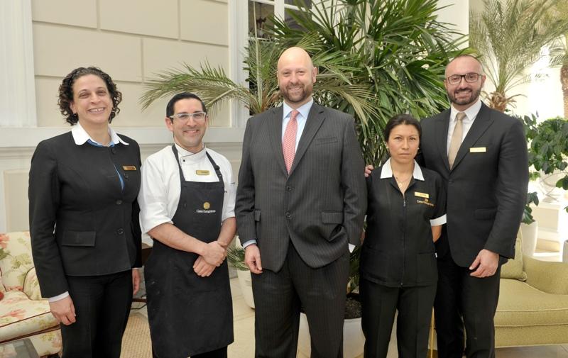 De izquierda a derecha (Cristina Barriga, Gerente de Recursos Humanos; Andrés Dávila, Chef Ejecutivo; Fernando Delgado, Gerente General; Lucía Mena, Ama de Llaves)