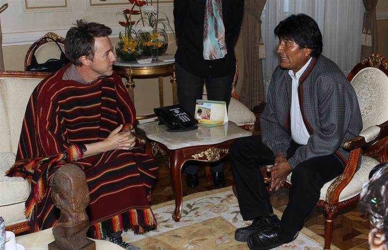 El actor estadounidense Edward Norton visita al presidente de Bolivia Evo Morales hoy, viernes 5 de febrero de 2016, en La Paz (Bolivia). Norton participará de los rituales andinos previos al carnaval boliviano.EFE/Martin Alipaz