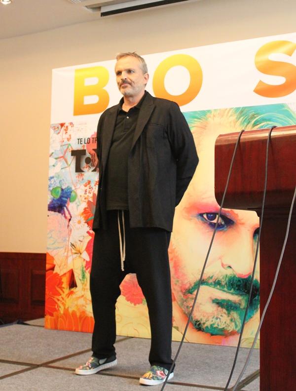 Miguel Bosé cuerpo entero