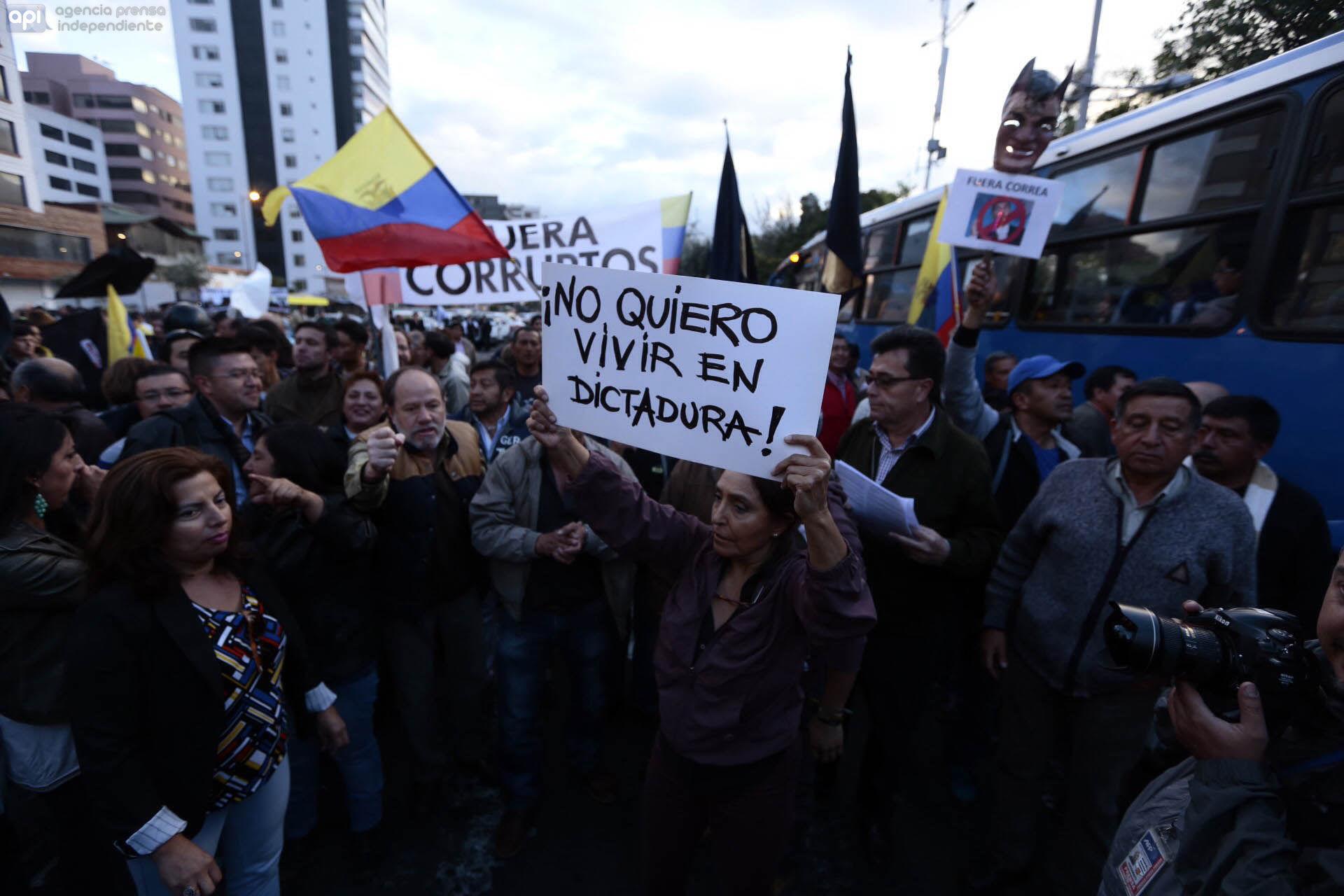 QUITO 10 DE FEBRERO DE 2015, en la Tribuna de los Shyris se reunen un grupo de personas para manifestarce en contra del Gobierno FOTO API/JUAN EVALLOS