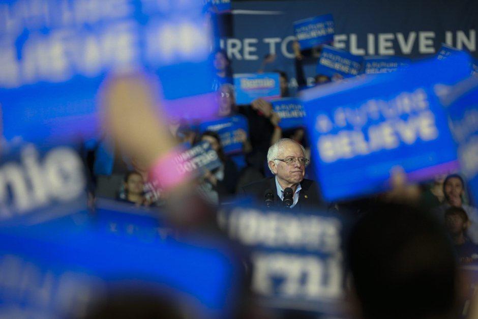 El senador por Vermont y precandidato presidencial por el partido Demócrata Bernie Sanders habla en un acto de campaña hoy, lunes 8 de febrero de 2016, en Durham, New Hampshire (EE.UU.). Las elecciones primarias en New Hampshire se realizarán el 9 de febrero de 2016. EFE/KATHERINE TAYLOR