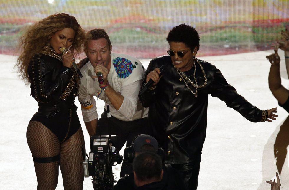 Beyoncé (izq.), Chris Martin de Coldplay y Bruno Mars (der.) cantan juntos durante el medio tiempo del Super Bowl 50. CHARLIE RIEDEL (AP)
