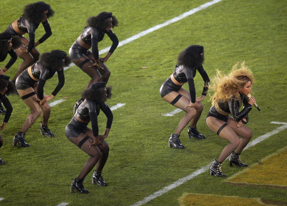 La cantante Beyoncé participó también en el medio tiempo del Super Bowl. CHARLIE RIEDEL (AP)