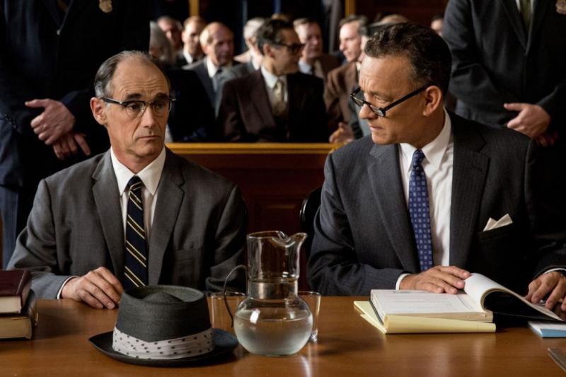 Rudolf Abel y tom Hanks en Bridge of Spies. Foto: threerowsback.files.wordpress.com