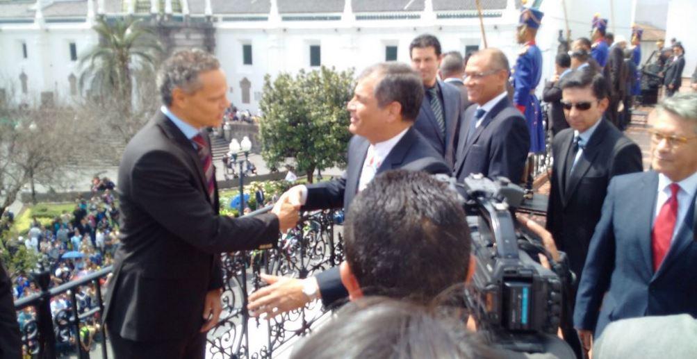 El dirigente de Liga de Quito, Esteban Paz, saluda con el presidente ...
