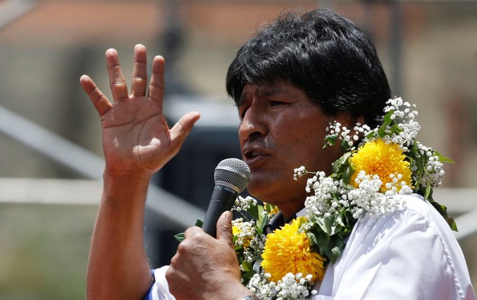 """El presidente de Bolivia, Evo Morales, habla durante el cierre de su campaña por el """"Sí"""" al referendo constitucional, en El Alto, Bolivia, el miércoles 17 de Febrero de 2016. Los bolivianos irán a las urnas el domingo para decidir si reforman la Constitución y permitir a Morales competir, o no, por un cuarto período presidencial de manera consecutiva. (AP Foto/Juan Karita)"""