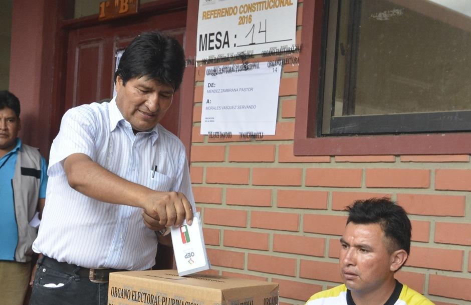 El presidente de Bolivia, Evo Morales, deposita su voto hoy, domingo 21 de febrero de 2016, en el colegio Villa 14 de Septiembre, en el municipio del mismo nombre situado en el Chapare, el feudo sindical y político del mandatario, situado en la región de Cochabamba (centro). Morales expresó su deseo de que los ciudadanos participen masivamente en el referendo en que se aprobará o rechazará una reforma constitucional para permitirle volver a ser candidato en las elecciones de 2019 en busca de un cuarto mandato hasta 2025. EFE/JORGE ABREGO