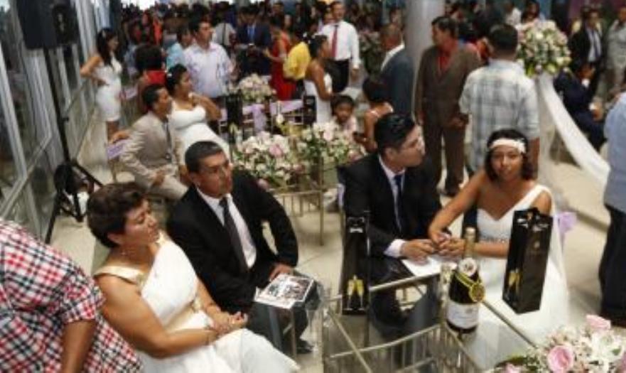Gladys Prado y José Córdova, en el matrimonio colectivo organiado por el Municipio de Guayaquil, el 12 de febrero de 2016, por San Valentín.