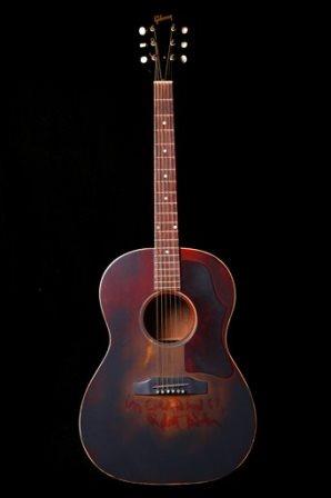 """En esta imagen sin fecha proporcionada por la casa de subastas Guernsey, la guitarra Gibson que tocó el actor Robert Blake en la película de 1967 """"In Cold Blood"""". La rematadora espera venderla por entre 150.000 y 200.000 dólares el 27 de febrero del 2016 en una subasta en Nueva York. (Guernsey's vía AP)"""