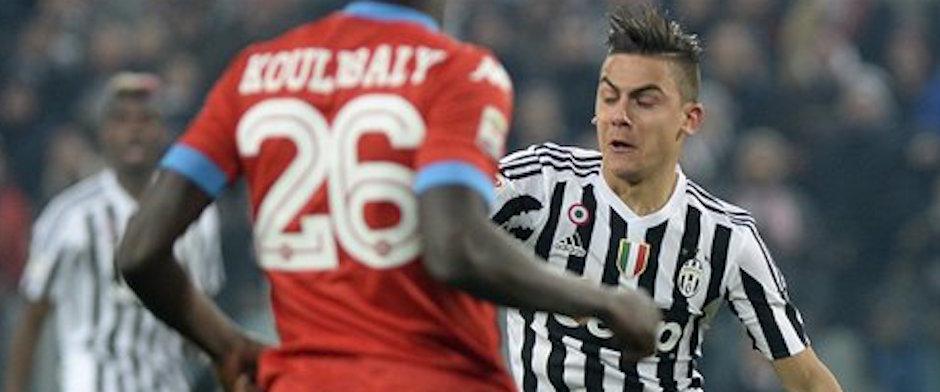 El jugador de la Juventus, Paulo Dybala, derecha, disputa un balÛn en un partido contra Napoli por la Serie A el s·bado, 13 de febrero de 2016, en TurÌn, Italia. (AP Photo/Massimo Pinca)