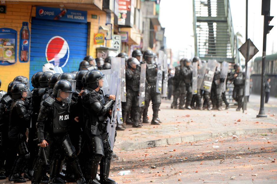 Ecuador, 15 DE FEBRERO DE 2016. enfrentamientos se registraron en las afueras del Colegio Montúfar, la policía intentaba despejar la Av. Maldonado. Los Alumnos exigen el regreso de los maestros reubicados. FOTO API/JAVIER CAZAR