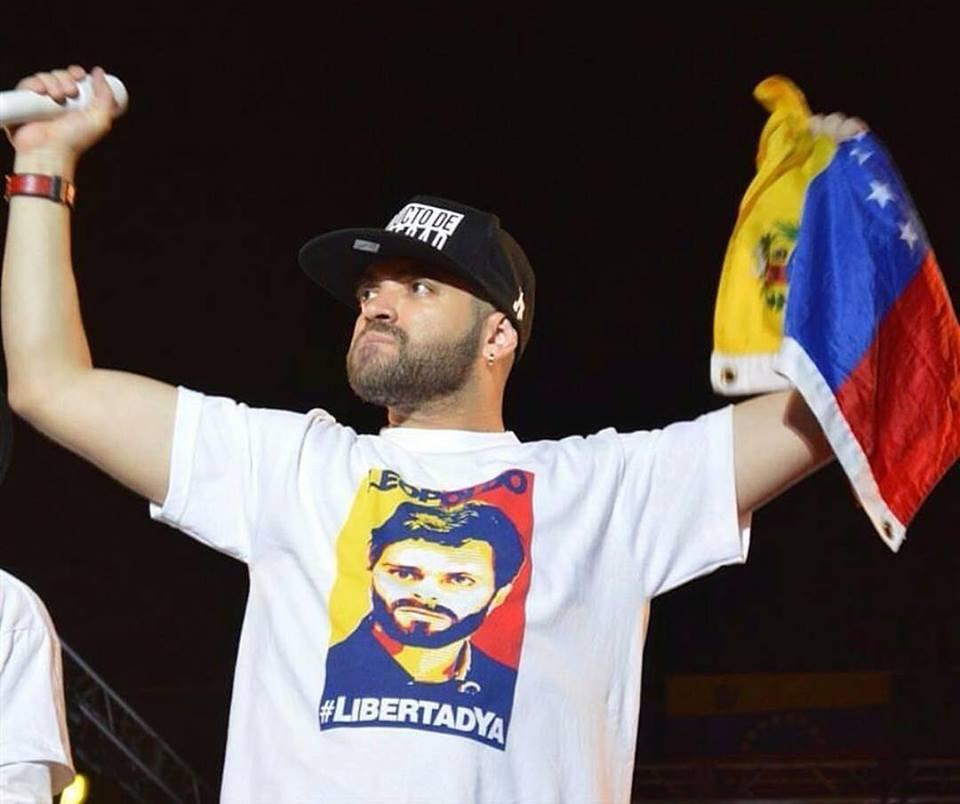 """El cantante Miguel Ignacio Mendoza, del dúo venezolano """"Chino y Nacho"""", en un concierto por la libertad de los presos políticos, en Caracas, el 20 de febrero de 2o16."""