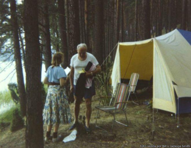 Como muestra esta imagen, Tymieniecka (de espaldas) y Wojtyla fueron juntos de acampada.