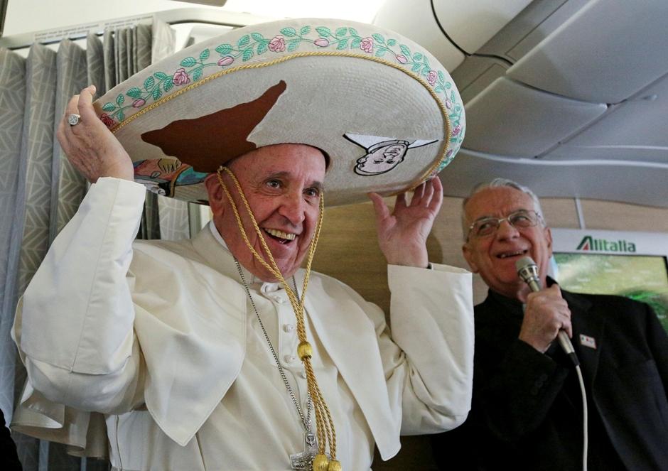 El papa Francisco se pone un sombrero mexicano a bordo del avión de Roma a La Habana, una escala camino de México, donde pasará una semana, viernes 12 de febrero de 2016. Photo via AP)