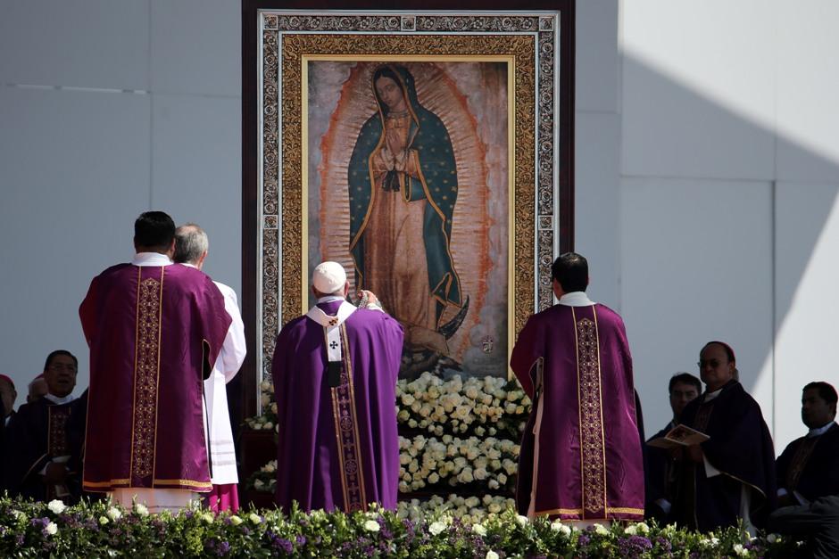 El papa Francisco se para delante de una imagen de la Virgen de Guadalupe en el comienzo de la misa en Ecatepec, México, el domingo 14 de febrero de 2016.   (Foto AP/Darío López-Mills )