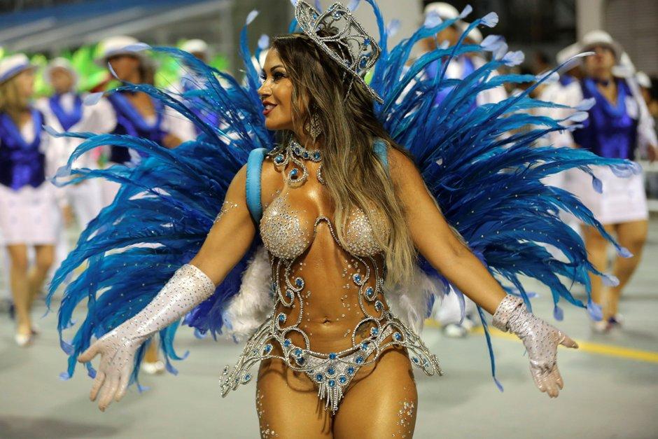 Una integrante de la escuela de samba del Grupo Especial Nenê de Vila Matilde, desfila hoy, sabado 06 de febrero de 2016 en la celebración del carnaval en el sambódromo de Anhembí en Sao Paulo (Brasil). EFE/SEBASTIÃO MOREIRA