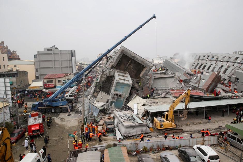Rescatistas rastrean los restos de un edificio derrumbado tras un terremoto en Tainan, Taiwán, el 6 de febrero de 2016. (Foto AP/Wally Santana)