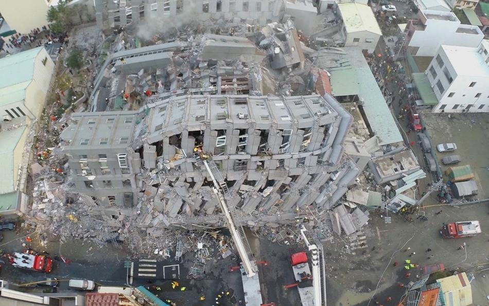 Socorristas buscan sobrevivientes en un edificio que se vino abajo tras un sismo en Tainan, Taiwán, el sábado 6 de febrero de 2016. La imagen fue tomada con una cámara instalada en un dron. Un fuerte sismo que tuvo poca profundidad sacudió el sur de Taiwán antes del amanecer del sábado. (AP Foto)