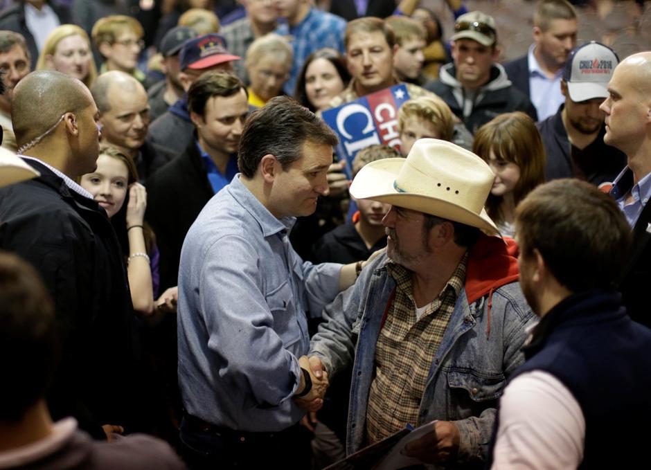 El aspirante a la candidatura presidencial republicana Ted Cruz saluda a un partidario en Des Moines, Iowa, el 31 de enero del 2016. (AP Foto/Chris Carlson)
