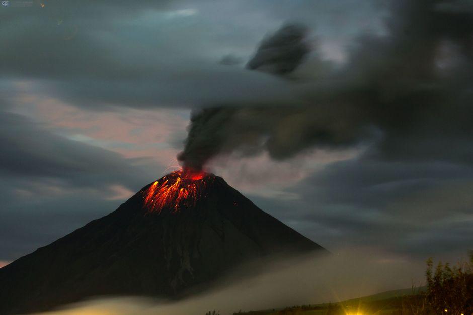 El Tungurahua, la noche del 27 de febrero de 2016. API / JUAN CEVALLOS.