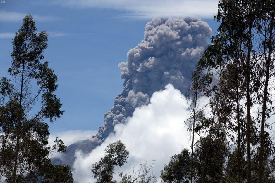 El volcán Tungurahua, erupcionando, el 26 de febrero de 2016.. FOTOS API / JUAN CEVALLOS.