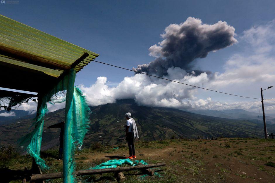 El volcán Tungurahua, visto desde el sector de Cahuaji , la tarde del sábado 27 de febrero de 2016. FOTOS API / JUAN CEVALLOS.