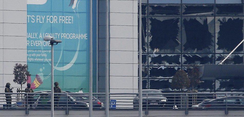 Vista de la fachada del edificio de la terminal con los cristales rotos tras las explosiones registradas en el aeropuerto internacional de Zaventem, cerca de Bruselas (Bélgica) hoy, 22 de marzo de 2016. Al menos 34 personas han muerto y otras 200 han resultado heridas tras los atentados en el aeropuerto de Zaventem, en Bruselas, y la estación de metro de Maalbeek. EFE/Laurent Dubrule