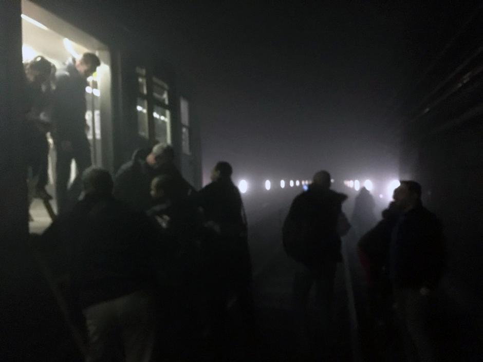 En esta foto suministrada por EurActiv y tomada por Evan Lamos, los pasajeros descienden del subterráneo para caminar por las vías después de un ataque al transporte público en Bruselas el 22 de marzo del 2016. (Evan Lamos/EurActiv, via AP)