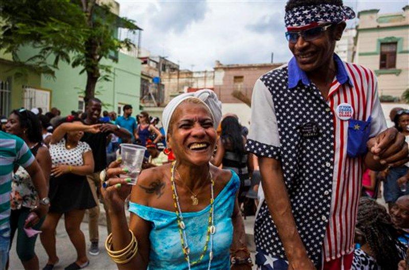 Dos cubanos sonríen mientras participan en una reunión semanal para bailar rumba en La Habana, Cuba, el sábado 19 de marzo de 2016. Para cientos de miles de cubanos de raza negra, Barack Obama no es sólo el primer líder estadounidense en visitar su país en casi nueve décadas. Es un hombre negro cuyo ascenso al puesto de mayor poder en el mundo es una fuente de orgullo e inspiración. (Foto AP/Desmond Boylan)