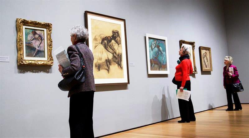 """Un grupo de personas visita la exposición """"Edgar Degas: A Strange New Beauty"""" de Edgar Degas en el Museo de Arte Moderno de Nueva York (EE.UU.) hoy, martes 22 de marzo de 2016. EFE/JUSTIN LANE"""