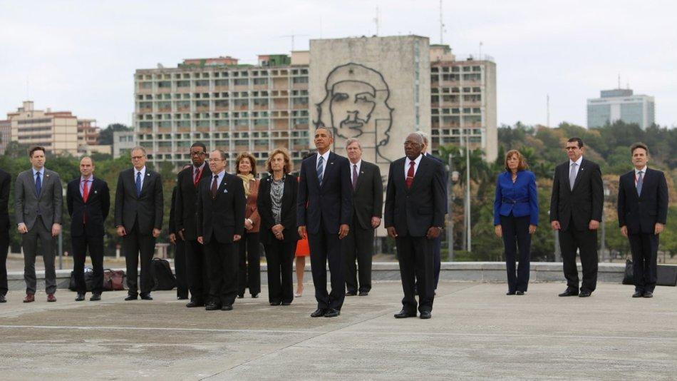 El presidente de Estados Unidos Barack Obama durante la colocación de la ofrenda floral ante el monumento del prócer cubano José Martí hoy, lunes 21 de marzo de 2016, en la Plaza de la Revolución en La Habana (Cuba). EFE/ALEJANDRO ERNESTO
