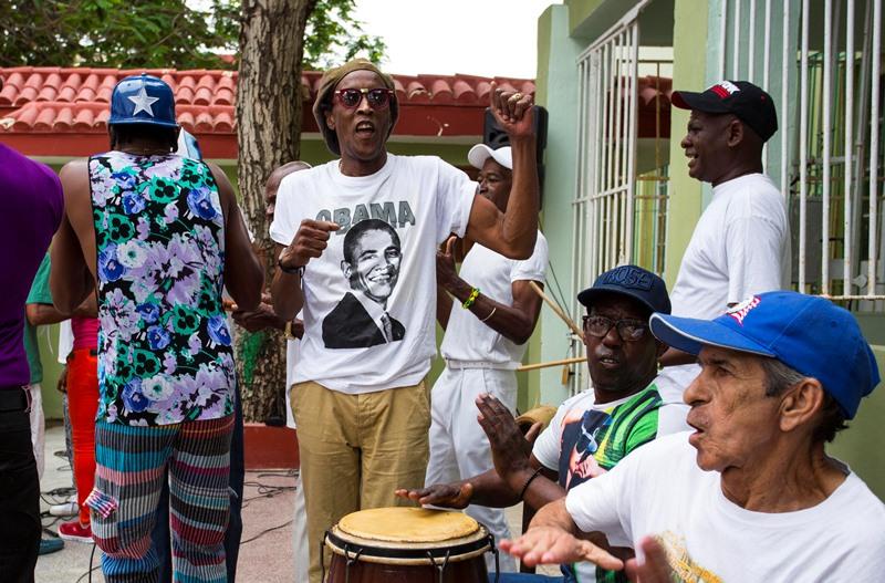 Un músico toca mientras porta una camiseta con la imagen del presidente estadounidense Barack Obama en una reunión semanal para bailar rumba en La Habana, Cuba, el sábado 19 de marzo de 2016. Para cientos de miles de cubanos de raza negra, Obama no es sólo el primer líder de Estados Unidos en visitar su país en casi nueve décadas. Es un hombre negro cuyo ascenso al puesto de mayor poder en el mundo es una fuente de orgullo e inspiración para una comunidad que aún lucha contra el racismo informal y las desventajas económicas a pesar del intento del gobierno revolucionario por poner fin a los prejuicios raciales en Cuba. (Foto AP/Desmond Boylan)