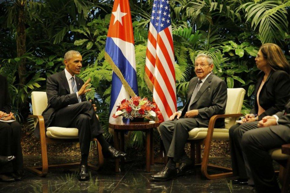 El presidente estadounidense Barack Obama (d) saluda a su homólogo cubano Raúl Castro (i) durante su encuentro en el Palacio de la Revolución en La Habana, Cuba hoy 21 de marzo de 2016. El presidente Obama llegó ayer a Cuba para una histórica visita, hasta el próximo martes, que busca sellar el acercamiento iniciado hace 15 meses entre ambos países. EFE/Michael Reynolds